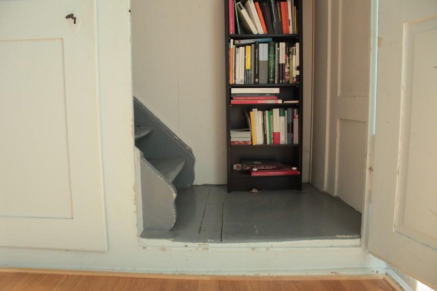 Wer in den oberen Stock will, muss durch den Schrank steigen.