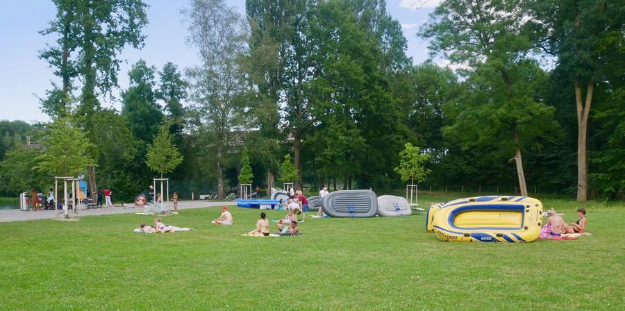 Die Liegewiese der Allmend Glanzenberg bietet grosszügige Platzverhältnisse..