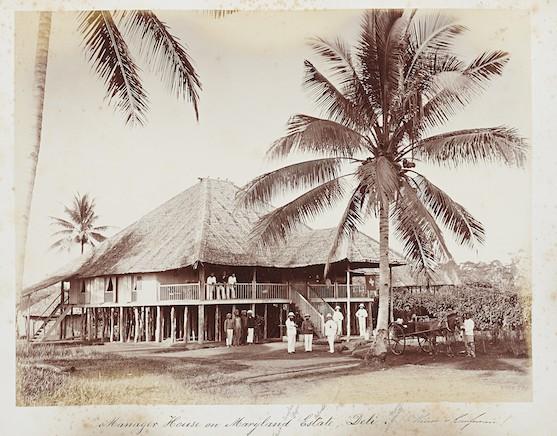 """Das """"Swiss House"""" in Sumatra- Alle Fotografien stammen aus dem Fotoalbum Karl Krüsis, das heute in der Dauerausstellung des Landesmuseum zu betrachten ist. (Bild: Schweizerisches Nationalmuseum)"""