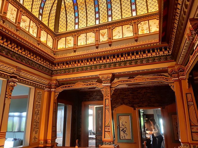 Das 2. Obergeschoss lehnt sich an einen Innenhof im Kolonialstil auf Sumatra an. Die Schriftzeichen und Drachen erinnern an die chinesische Diaspora in Indonesien. (Bild: Monique Ligtenberg)