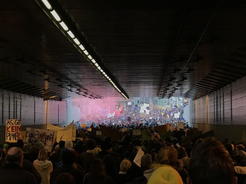 Sprechgesänge schallen durch die Langstrassen-Unterführung. (Bild: Marco Büsch)