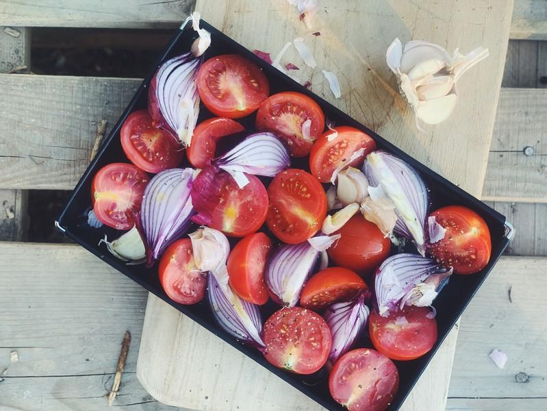 Tomaten und Zwiebeln halbieren...