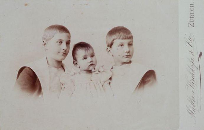 Karl Krüsis Kinder aus zweiter Ehe mit einer Schweizerin. Mit ihren malaiischen Geschwistern sind sie im Familienalbum nicht abgebildet. (Bild: Schweizerisches Nationalmuseum)