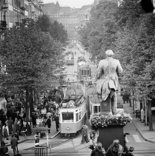 1963: Escher-Denkmal mit Bahnhofsstrasse. Quelle ETH Bildarchiv