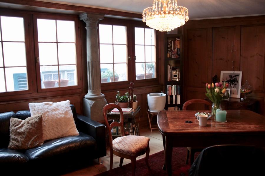 Ein holzgetäfertes Wohnzimmer, wie man es erwartet.