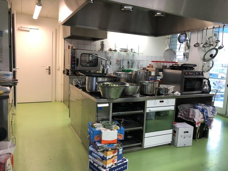 Die Küche ist bisschen überdimensioniert. Jedoch muss auch für über 50 Menschen gekocht werden.