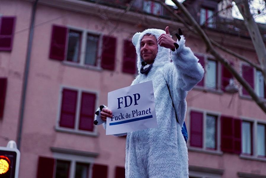 Die Demoteilnehmer*innen zeigen sich kreativ. (Bild: Elio Donauer)