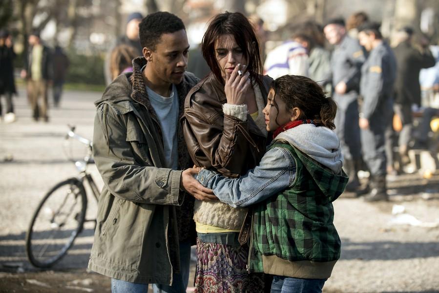 Der Platzspitz: Mia und ihr Vater verlieren die Mutter/Frau je länger je mehr an die Drogen.