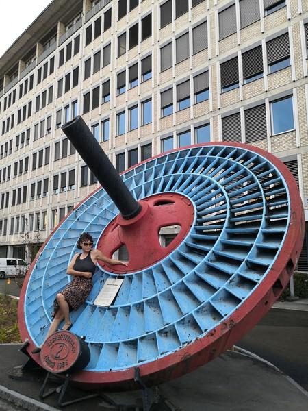 Im Industriequartier posiert man vor Turbinen...