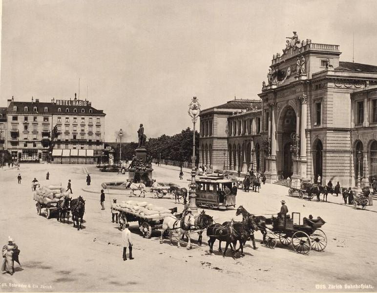 1889-1899: Bahnhofsplatz mit Escher und Kutschen. Quelle ETH Bildarchiv