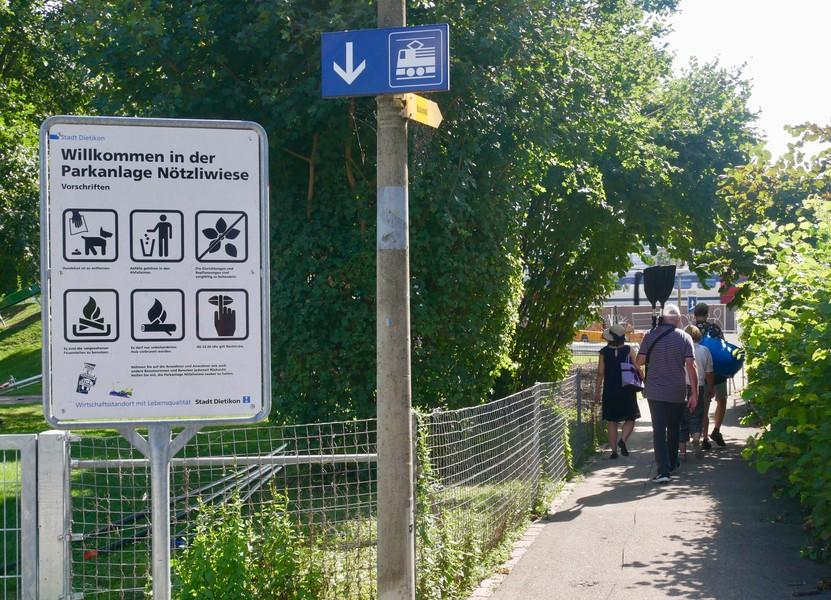 Viele Böötler*innen schätzen die kurze Gehdistanz von der Wiese bis zum Bahnhof Dietikon.