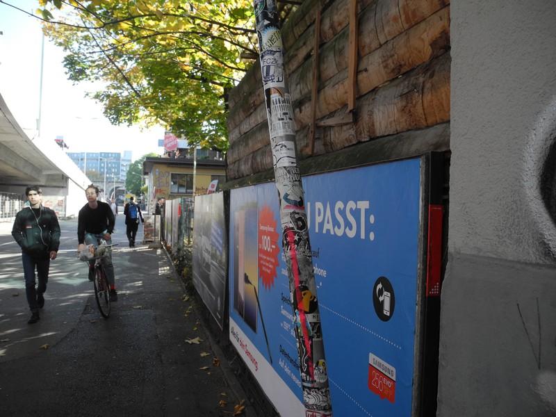 Vollgepappte Stange in Zürich-West