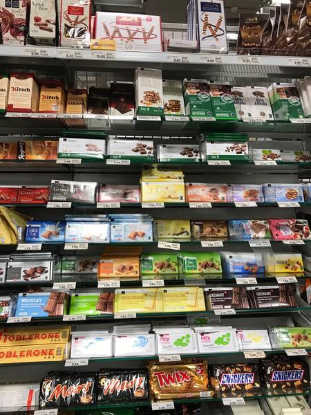 Premiumprodukte auf Augenhöhe, unten Multipacks und Budget-Produkte.