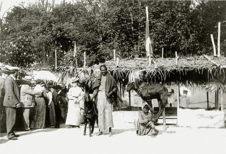 """Das """"indische Dorf"""" im Sihlhölzli, 1901. Die Bewohner*innen sollen ein """"authentisches Bild"""" der Halbinsel Gujarat liefern. (Bild: Sammlung Rea Brändle)"""