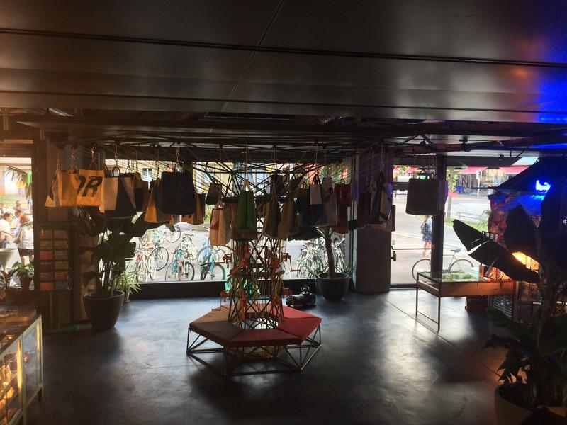 Die Lobby mit dem «Freitag»-Taschen-Baum...