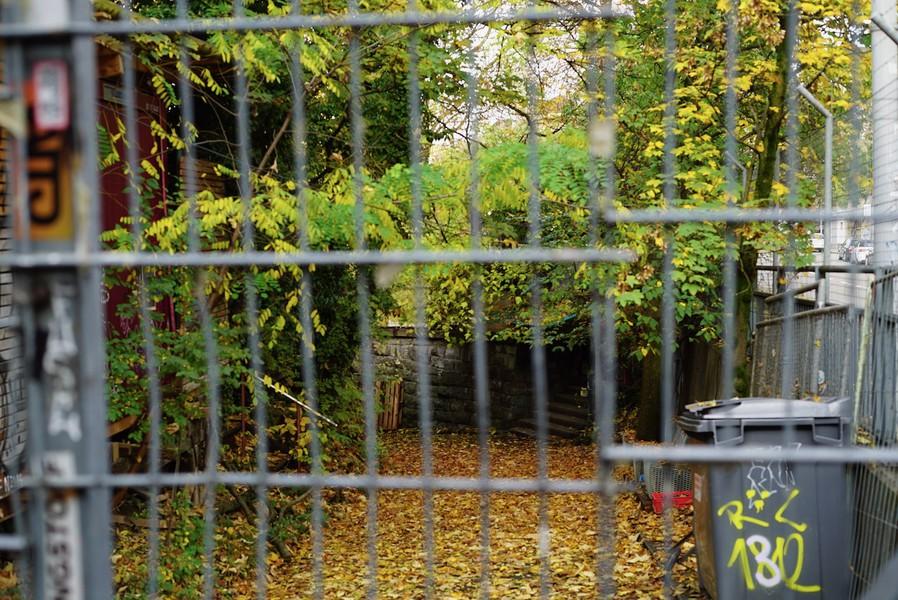 Der Eingang zum Umbo hinter Gittern.